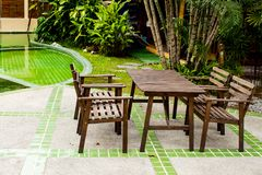Drewniani krzesła Dla ciebie siedzieć i relaksować fotografia royalty free
