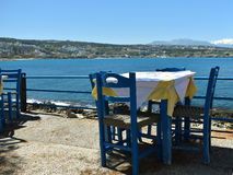 Drewniani krzesła i stół w tawernie na tle morze zdjęcie stock