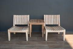 Drewniani krzesła wzdłuż ścian Zdjęcia Stock