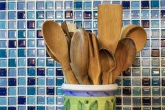 Drewniani kuchenni equipments w ceramicznym słoju w kuchni zdjęcia royalty free