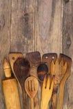 Drewniani kuchenni naczynia na drewnianym tle Zdjęcia Royalty Free