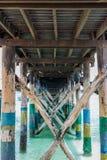 Drewniani kuszetek poparcia zamykają w górę tła ocean na zdjęcie royalty free