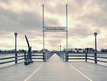 Drewniani listwa mosta juts out w rozległość morze Sławna atrakcja turystyczna obrazy royalty free
