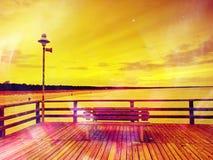 Drewniani listwa mostu juts w za morzu zdjęcia stock