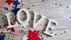 Drewniani listy rozkładają w słowo miłości, Lipiec 4, szczęśliwy dzień niepodległości, patriotyzm, pamięć weterani pojęcie zdjęcie royalty free
