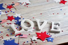 Drewniani listy rozkładają w słowo miłości, Lipiec 4, szczęśliwy dzień niepodległości, patriotyzm, pamięć weterani pojęcie obrazy royalty free