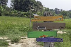 Drewniani malujący znaki na słupa tła drzewach i polach obrazy stock