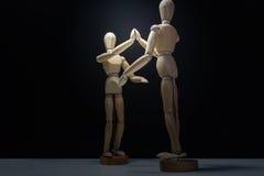 Drewniani Mannequins-hi5 obniżają plecy Zdjęcie Royalty Free