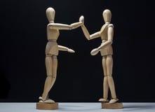 Drewniani Mannequins-hi5 obniżają stronę Zdjęcie Royalty Free