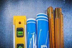 Drewniani metrowi błękitni budowa rysunki równi na kruszcowym backgr Zdjęcia Stock