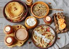 Drewniani naczynia i jedzenie Zdjęcia Stock