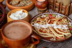 Drewniani naczynia i jedzenie Zdjęcia Royalty Free