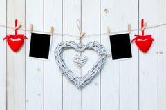 Drewniani nieociosani dekoracyjni serca i fotografii ramowy obwieszenie na vinta Zdjęcie Royalty Free
