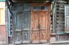 Drewniani obdrapani drzwi Starzy wejścia w Irkutsk Zdjęcie Royalty Free