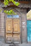 Drewniani obdrapani drzwi Starzy wejścia w Irkutsk Fotografia Stock