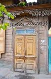 Drewniani obdrapani drzwi Starzy wejścia w Irkutsk Zdjęcie Stock
