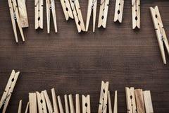 Drewniani odzieżowi czopy na stole Zdjęcia Royalty Free