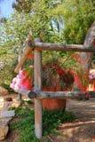 Drewniani ogrodzenia i kwiatu garnki następnie Zdjęcia Stock