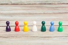 Drewniani pionkowie różnorodni kolory, różnorodność Obrazy Stock