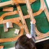 Drewniani pociągów ślada z dziecko ręką zdjęcia royalty free
