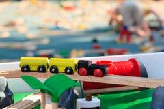 Drewniani pociągi na kolei dla dzieciaków bawić się i edukacja Fotografia Stock