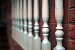 Drewniani poręcze przeciw tłu czerwony ściana z cegieł obrazy stock
