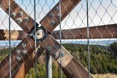 Drewniani promienie z śrubami w strukturze Gromadzić drewnianych promienie i łączący Szczegół budynków związki Constructio Fotografia Royalty Free