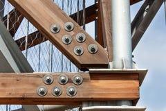 Drewniani promienie z śrubami w strukturze Gromadzić drewnianych promienie i łączący Szczegół budynków związki Constructio Obrazy Stock