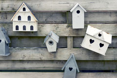 Drewniani ptaków domy z serce kształtować dziurami Obraz Stock