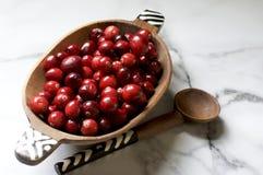 drewniani pucharów cranberries Zdjęcie Royalty Free
