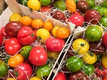 Drewniani pudełka z świeżymi pomidorami dla sprzedaży Zdjęcia Royalty Free