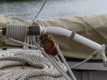 Drewniani pulleys i arkany na rocznika żeglowania łodzi Fotografia Royalty Free