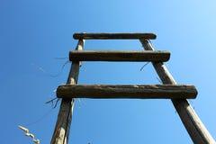 Drewniani schodów stojaki na tle niebieskie niebo fotografia stock