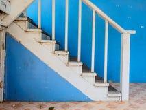 Drewniani schodki i błękit ściana Zdjęcia Stock