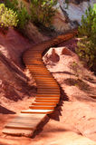 Drewniani schodki na Le Sentier Des Ocres w Roussillon w Francja obraz stock