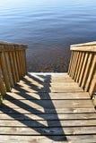 Drewniani schodki prowadzi w dół jezioro obrazy stock