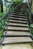 Drewniani schodki, rocznika dokonany żelazo schody z drewnianymi poręczami, i kroki Obraz Stock