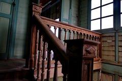 Drewniani schodki w antycznym domu zdjęcia royalty free