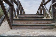 Drewniani schodki w diunach zdjęcie stock