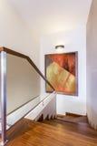 Drewniani schodki w luksusu domu obraz royalty free
