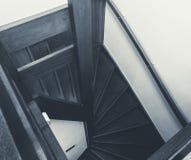 Drewniani schodki w nowożytny domu, Nowego i czystego czarny i biały w górę, zdjęcie stock