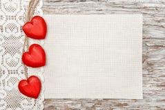 Drewniani serca, koronkowy płótno i kanwa na starym drewnie, Zdjęcia Stock