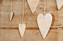 Drewniani serca na drewnianym tle Fotografia Stock