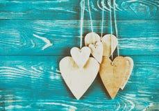 Drewniani serca na drewnianym tle Fotografia Royalty Free