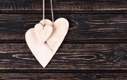 Drewniani serca na drewnianym tle Zdjęcia Royalty Free