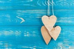 Drewniani serca na drewnianym tle Zdjęcie Stock