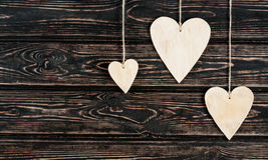 Drewniani serca na drewnianym tle Zdjęcia Stock