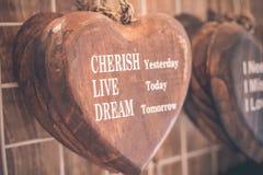 Drewniani serca umieszczający miło na turkusowym rocznika drewna tle Handcrafted drewniani serca z tekstem w pamiątkarskim sklepi Obraz Royalty Free