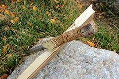 Drewniani sheath kordzika stojaki na stojaku na kamieniu zdjęcie royalty free