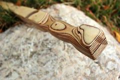 Drewniani sheath kordzika stojaki na stojaku na kamieniu zdjęcia royalty free